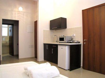 Studio2 HaYarkon43 kitchenette 400x300 Extra Deluxe Studio